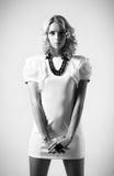 Снятая мода студии: платье красивой женщины нося белое и черное ожерелье Стоковое Изображение RF