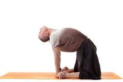 Снятый гибкого мышечного человека делая йогу стоковая фотография rf