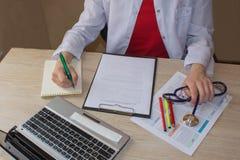 Снятый женских рук ` s врача Доктор работая для медицинского обследования Стоковое Изображение