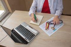 Снятый женских рук ` s врача Доктор работая для medica Стоковые Фото