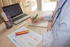 Снятый женских рук ` s врача Таблица деятельности ` s доктора медицины Стоковое Изображение RF