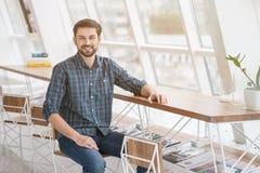 Снятый красивого молодого бизнесмена в офисе Стоковые Изображения