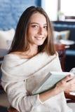 Снятый молодой стильной женщины используя цифровую таблетку в кофе кафа и большой книге ` S жизни хорошее Стоковая Фотография RF