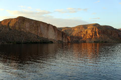Снятый от озера каньон смотря вне к 4 пикам как раз вне соединения апаша, Аризона Стоковые Фото