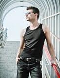 Снятый способ: портрет красивых солнечных очков молодого человека нося стоковые изображения rf