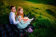 Снятый счастливой пары наслаждаясь днем в парке совместно, смотрящ камеру Стоковое Изображение RF