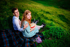 Снятый счастливой пары наслаждаясь днем в парке совместно, смотрящ камеру Стоковые Изображения