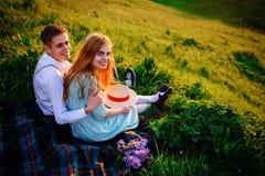 Снятый счастливой пары наслаждаясь днем в парке совместно, смотрящ камеру Стоковые Фото