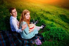 Снятый счастливой пары наслаждаясь днем в парке совместно, смотрящ камеру Стоковое Фото
