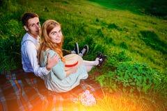 Снятый счастливой пары наслаждаясь днем в парке совместно, смотрящ камеру Стоковые Изображения RF