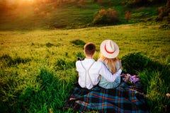 Снятый счастливой пары наслаждаясь днем в парке совместно Стоковое Изображение RF