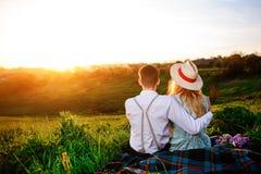 Снятый счастливой пары наслаждаясь днем в парке совместно Стоковое Фото