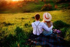 Снятый счастливой пары наслаждаясь днем в парке совместно Стоковое фото RF