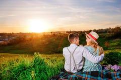 Снятый счастливой пары наслаждаясь днем в парке совместно Стоковое Изображение