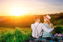 Снятый счастливой пары наслаждаясь днем в парке совместно Стоковая Фотография
