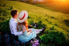 Снятый счастливой пары наслаждаясь днем в парке совместно Стоковые Фотографии RF