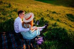 Снятый счастливой пары наслаждаясь днем в парке совместно Стоковая Фотография RF