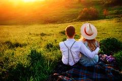 Снятый счастливой пары наслаждаясь днем в парке совместно Стоковые Изображения RF