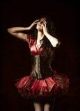 Снятый ужас: странная девушка при зашитый рот закрыла среди темноты Влияние текстуры Grunge стоковые изображения