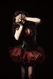 Снятый ужас: странная плача девушка при зашитый рот закрыла среди темноты стоковая фотография rf