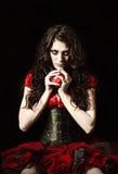 Странная страшная девушка при зашитое ртом закрытое яблоко владениями обитое с ногтями стоковая фотография rf