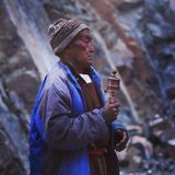 Снятый человека Тибета пока молящ стоковое изображение
