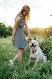 Собака девушки идя в парке Стоковое Фото