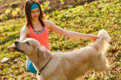 Собака девушки уча на парке Стоковые Изображения RF