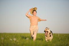 собака играя женщину Стоковые Фото