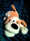 Собака игрушки плюша с большими ушами и большим черным носом Стоковое Фото