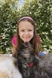 Собака лижа Chin маленькой девочки Стоковое Изображение RF