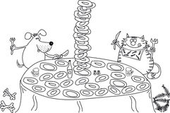 Собака и кошка сидит на таблице, ест, много плит Стоковая Фотография RF