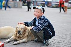 Собака и мальчик Стоковые Фото