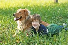 собака мальчика вниз кладя стоковые изображения rf