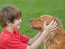 собака мальчика его играть Стоковая Фотография RF