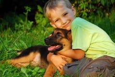 собака мальчика его обнимать Стоковая Фотография