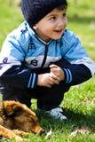 собака мальчика немногая Стоковые Изображения RF