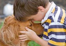 собака мальчика немногая стоковая фотография rf