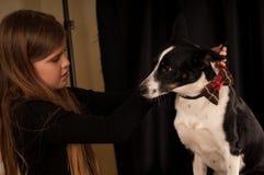 Собака платья девушки с бабочкой Стоковое Изображение RF