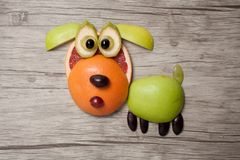 Собака сделанная с плодоовощами на деревянной предпосылке Стоковая Фотография RF
