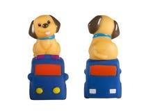 Собака сидя над изолированным автомобилем на белизне Стоковые Изображения