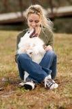 Собака удерживания девушки Стоковая Фотография RF
