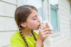 Собака чихуахуа щенка девушки playingkissing Стоковая Фотография RF