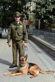 Собака Karabiner-a на улице Сантьяго Стоковое Фото