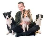3 собаки и человек стоковые изображения rf