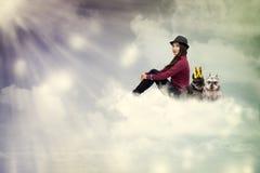 собаки облака сидя детеныши женщины стоковые фото