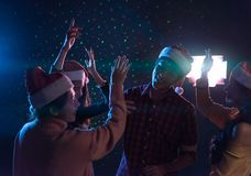 Соберите азиатских молодых друзей танцуя совместно партия празднуя Chr Стоковое Изображение