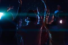 Соберите азиатских молодых друзей танцуя совместно партия с ligh диско Стоковая Фотография RF
