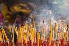 Соберите ладан с свечой и статуей в горизонтальной предпосылке Стоковая Фотография