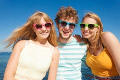 Соберите девушек мальчика 2 друзей имея потеху внешнюю Стоковая Фотография RF
